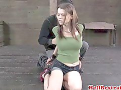 BDSM limitado submisso no piso hogtied