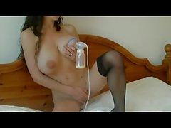 Vollbusige und schlank Mädchen mit still Brüste und Milchpumpe