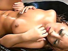 Big tits asiático recibe de su coño tensas retorcía en el de sexo en grupo