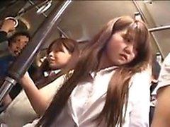 Schönes japanisches Baby hat einen Kerl, der ihren fabelhaften Esel berührt