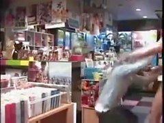 Garçons asiatiques baisant dans la librairie