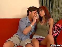 Секс от голода Подростка Рубин Нокс делает на диван
