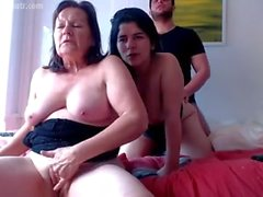 Maman et sa fille et son petit ami HOT!