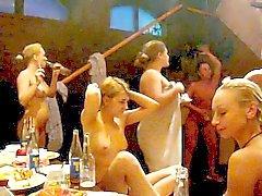 Обнаженные до пояса девочки танцует в сауне