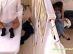 Koulutyttö hierotaan Fingered shaved pillua perseestähieroja Creampie OnHieronta Bed