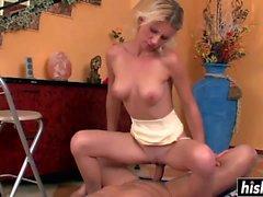 Блондинка hottie прыгает на толстый член