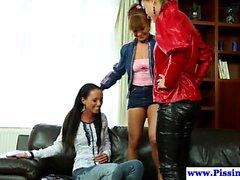 Pissing lesbiche pipì in Trio vestita