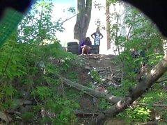 Flickor kissa i parken vid bröllopet