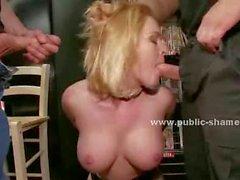 De Blondie con culo caliente de grandes helds boobs por hombres cine con las manos detrás de delante de public sex