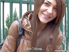 Czech Mädchen Alexis Brill erwischt den Ball mit es hart gefickt zu werden kann