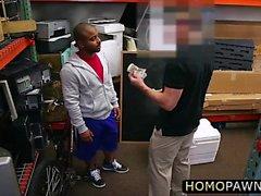 Droit gars gay trio dans le magasin