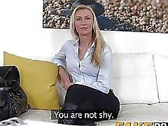 Stunning blond Anastasia bringt Mittel prallen Schwanz Gießen