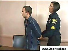 Tuomari päättää nöyryyttää häntä