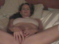 Brunette Mutter spielt mit ihrer Pussy