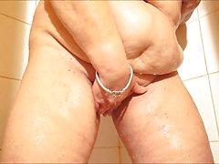 Brenda in der Dusche