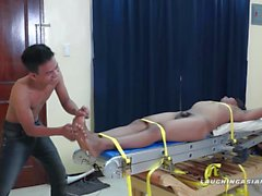 Asiatique de petit garçon Hermis Bound et des Tickle Main-