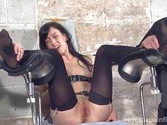 Feet de la des tortures esclave Elise tombes dans donjons bon