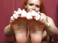 Redhead Babe Samatha sexy voeten en benen tonen