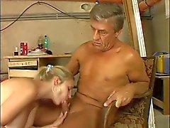 sevimli dev memeli yaşlı bir adam tarafından içinde becerdin sarışın kısa Kazan dairesi