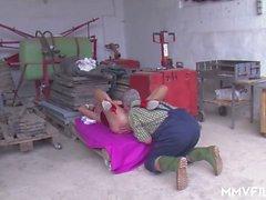 Eine Oma ist für einen großen Schwanz hungern zu saugen und reiten und ihr Mann ist bereit, sie zu geben