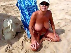 Donna che Spanish con grandi tette per Spiaggia nudista !