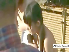 Três estudantes japonesas shy despir de nudismo em Bathhouse