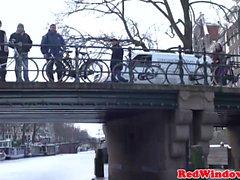 touristiques Amsterdam jantes Hooker réel sur l'appareil photo