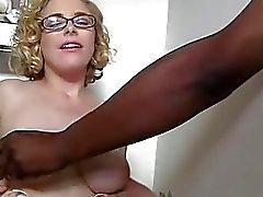 Penny Pax krijgt haar bril jizzed op gloryhole