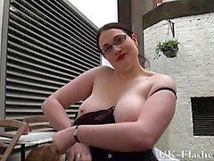 BBW Babe Alyss blinkande fitta och onanerar offentligt