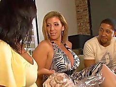 Ricki White und die blond Ansaugen schwarzem Schwanz zu wichsen dann ab Mann die auf Sofa