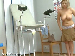 Del paciente rubia de Toma Her doctores carga en su boca