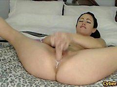Ebon babe masturbarsi con i suoi giocattoli