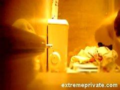 furtivo Voyeuring a mi madre en el baño
