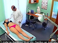 Teen Brunette que creampied por el doctor en el hospital
