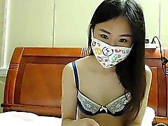 Nubile junge Brünette in eine Maske Streifen auf Webcam zu zeigen,