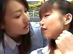 Japanska tjejer Sharing Cum i klassrummet