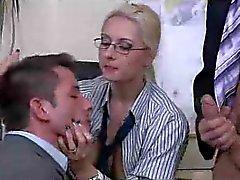 De baas dame heeft een biseksuele threesome