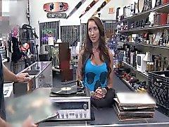 Naaras DJ myy ruumiinsa sotilas shop-