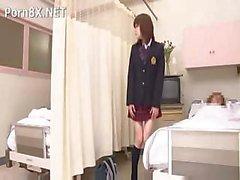 Азиатская милая девушка посетил своего друга в в больницу помогать ему восстановления