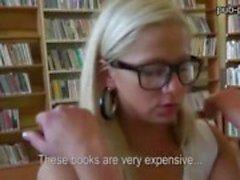 Boekenwurm chick geneukt in de bibliotheek