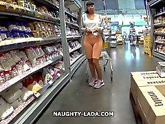Cameltoe ile bir süpermarkette yanıp sönmesi