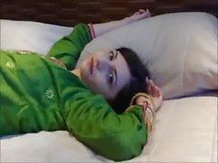 Schönes Selina Begum in der grünen Shalwar Salwar Kameez und die aus schwarzem damenslip