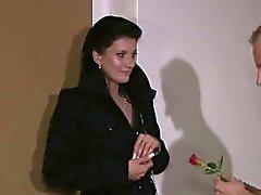 Vackra mogna Lady jävla i hotell rum med sin älskare