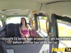 Taxi Faux Tremper Creampie humide pour chaude brune à la date d'abord en taxi