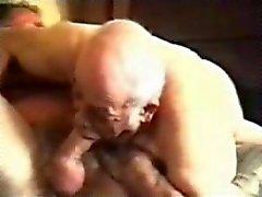 Oude gay opa zuigen volwassen man .