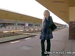 Grossi seni bionda prende soldi ed creampied nel un bagno del treno