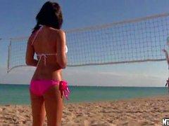 Molly Cavalli играть в пляжный волейбол со сексуальные девушки
