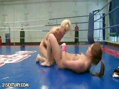 Ню Сувениры бойцовском клубе : Мэнди Ди сравнению с Tiffany куклой