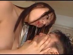 Guy é amarrado e fodido por uma ninfomaníaca japonês Kinky