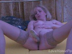 Зрелая блондинка в чулках пользуется ее сеансом мастурбации